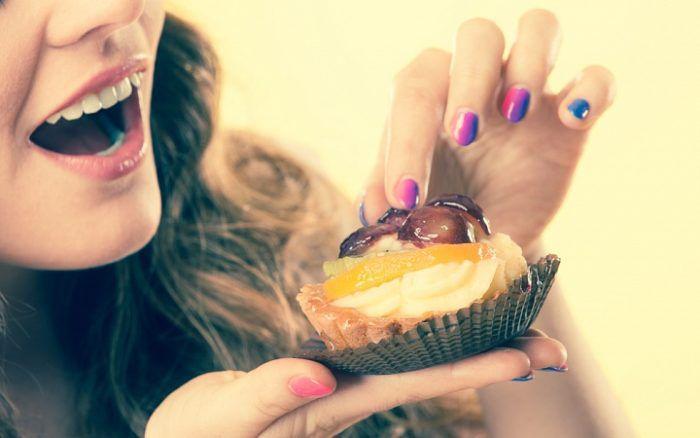 На фото Чрезмерная тяга к еде и почему она происходит