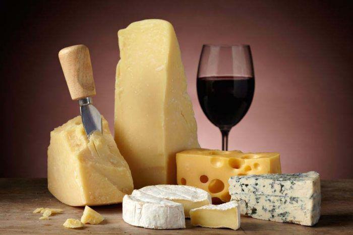 На фото Твердый итальянский сыр снижает давление
