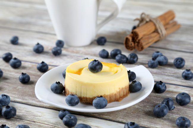 На фото Лимонный чизкейк с выпечкой