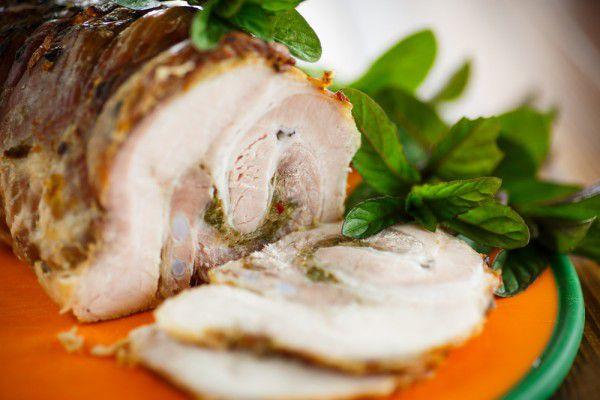 На фото Рулет из свинины с грибами и базиликом