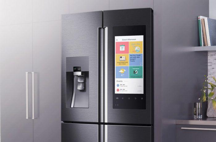 На фото «Умный» холодильник от Samsung