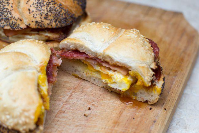 На фото Бутерброд с яйцом