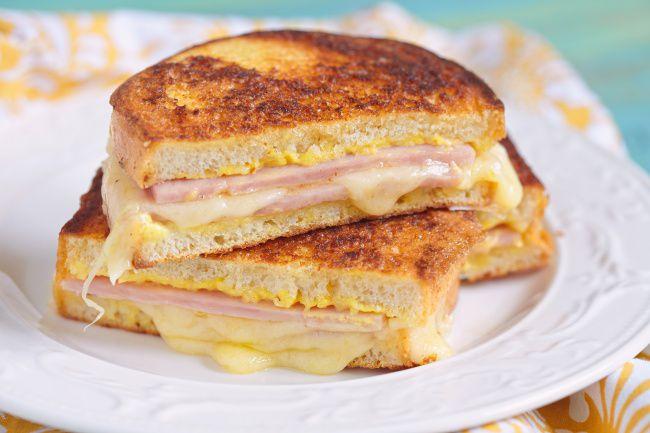 На фото Сытный бутерброд для перекуса