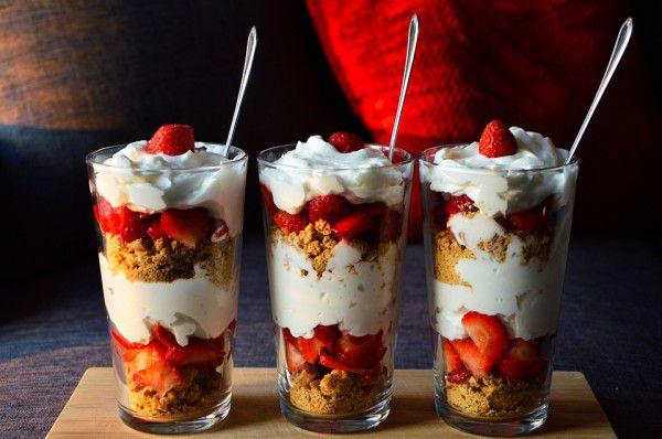 На фото Клубничный десерт с йогуртом и печеньем