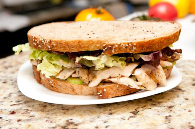 На фото Бутерброд с индейкой и зеленью