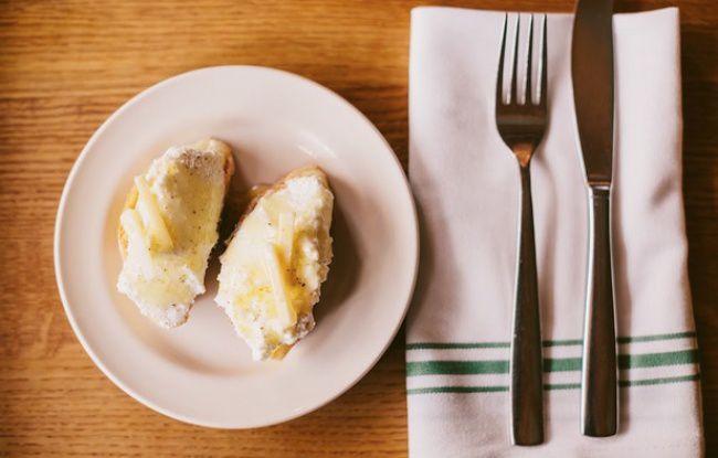 На фото Бутерброд с рикоттой и медом