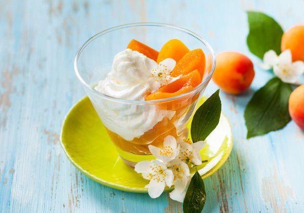 На фото Фул из абрикосов и йогурта