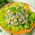 Рецепт Салат из курицы, крапивы и зеленого горошка