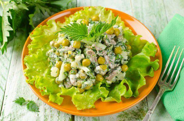 На фото Салат из курицы, крапивы и зеленого горошка