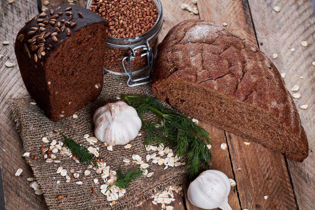 На фото Рецепт хлеба в духовке из гречневой муки с бататом и семечками