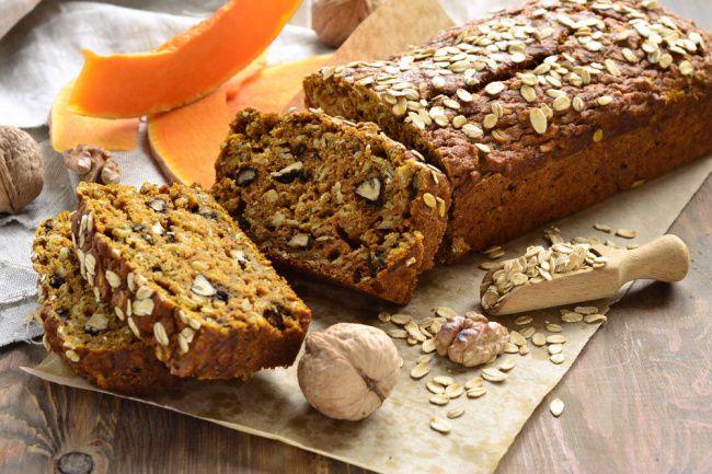 На фото Рецепт домашнего хлеба без дрожжей с тыквой и зеленым луком
