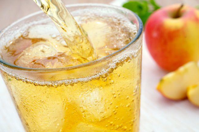 На фото Яблочный сок с мятой
