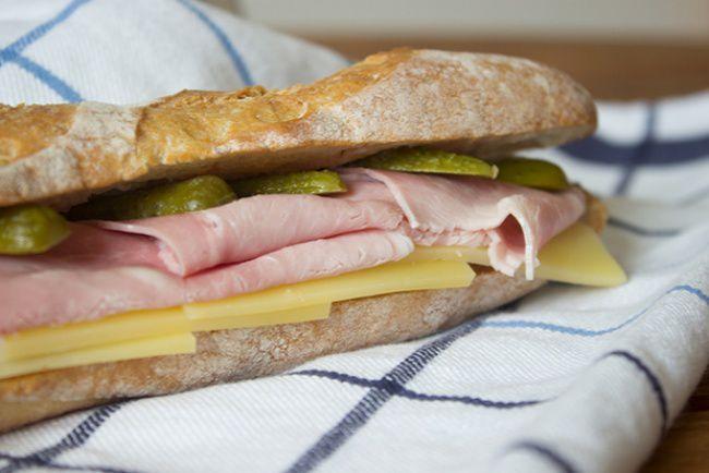 На фото Классический французский сэндвич