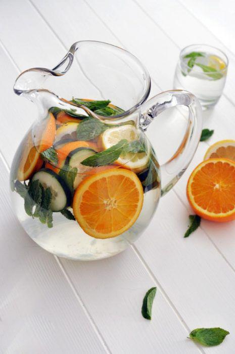 На фото Домашний лимонад из лимонов и апельсинов