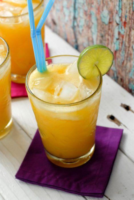 На фото Напиток из манго и лайма