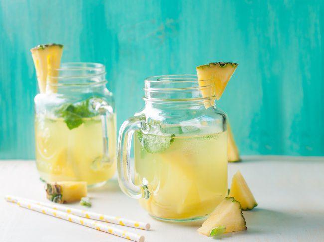 На фото Ананасовый лимонад