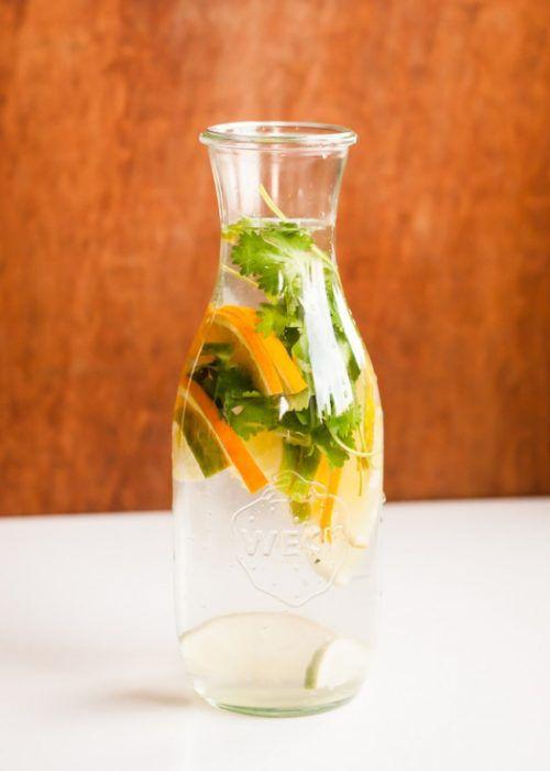 На фото Домашний лимонад из апельсинов с травами