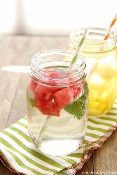 На фото Как сделать напиток из арбуза с мятой