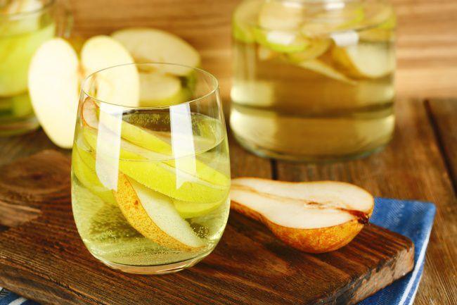 На фото Волшебный лимонад из груши и шалфея