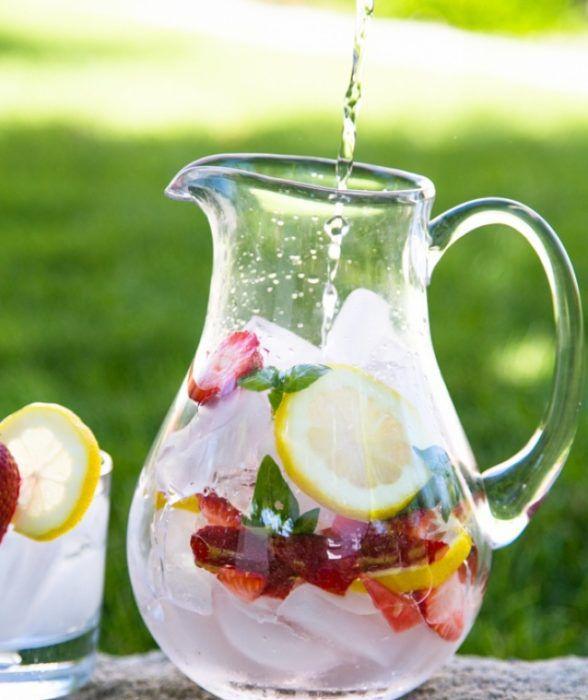 На фото Клубничный напиток с лимоном и базиликом