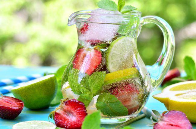 На фото Клубничный лимонад с мятой и тархуном