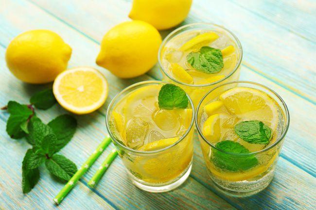На фото Энергетический лимонад