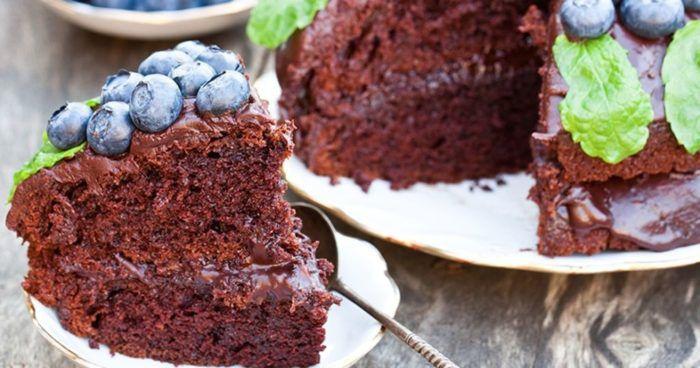 На фото Быстрый шоколадный пирог скремом