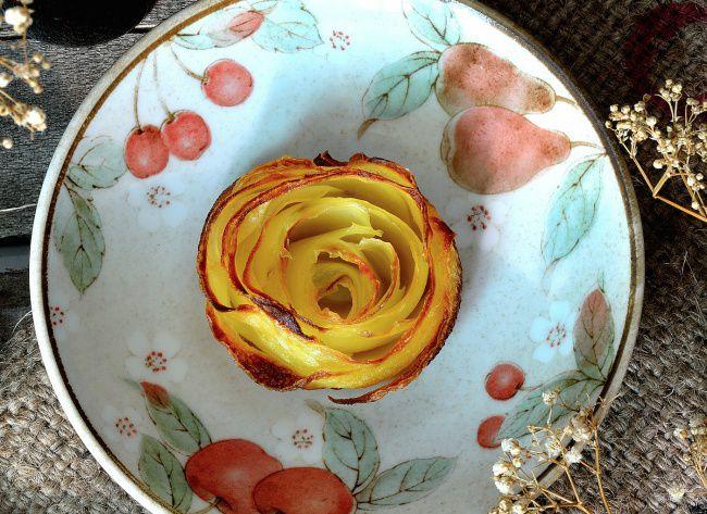 На фото Картофельные «розы»