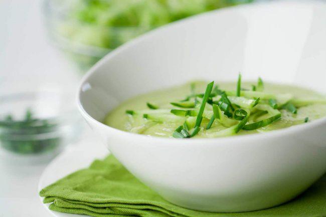 На фото Холодный крем-суп из кабачков и авокадо