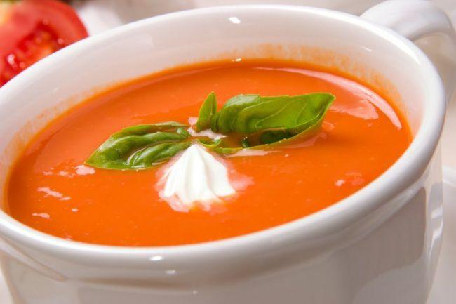 На фото Томатный крем-суп с острым перчиком чили