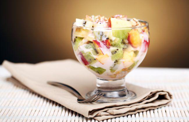 На фото Простой фруктовый салат с йогуртом