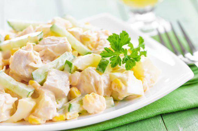 На фото Очень вкусный салат с курицей и ананасами