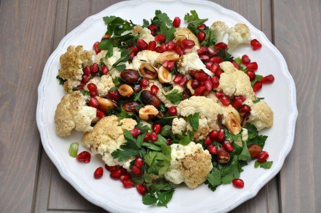 На фото Салат с грецким орехом из цветной капусты и граната