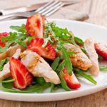 Рецепт Салат с курицей из клубники