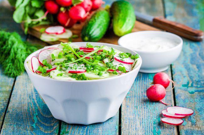 На фото Просто салат из огурцов с редисом