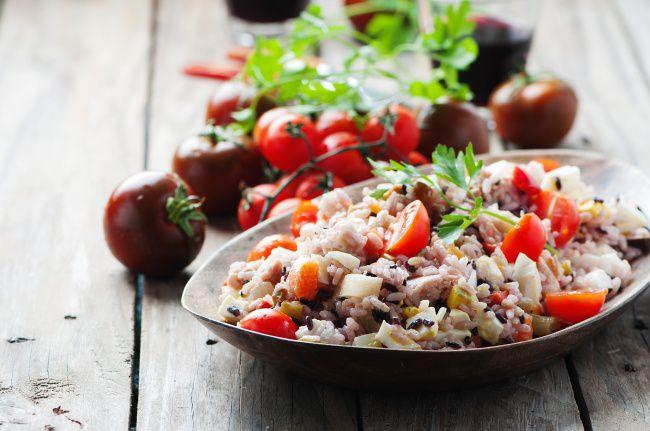 На фото Рисовый салат с тунцом консервированным