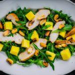 Рецепт Рецепт очень вкусного салата с курицей, манго и орехами