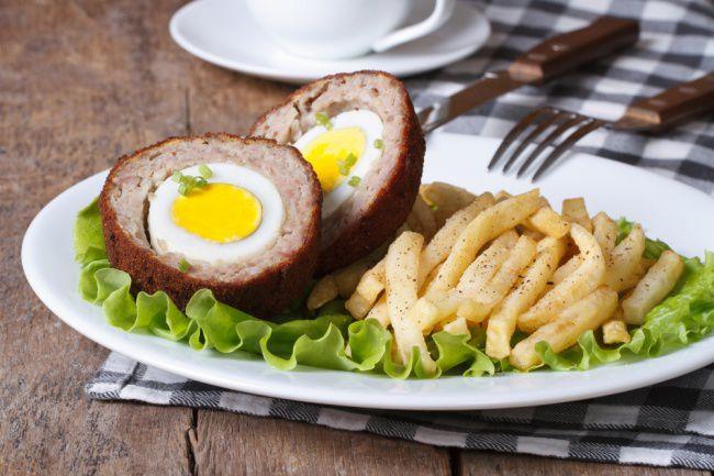 На фото Вкусные котлеты «Шотландский глаз» в духовке