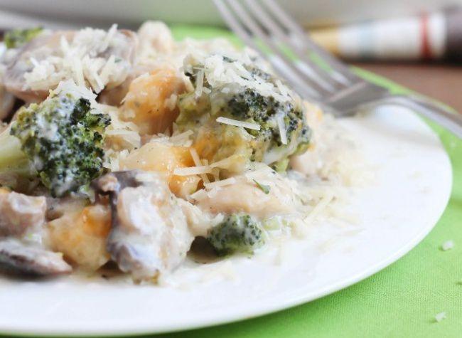 На фото Запеканка с курицей и овощами