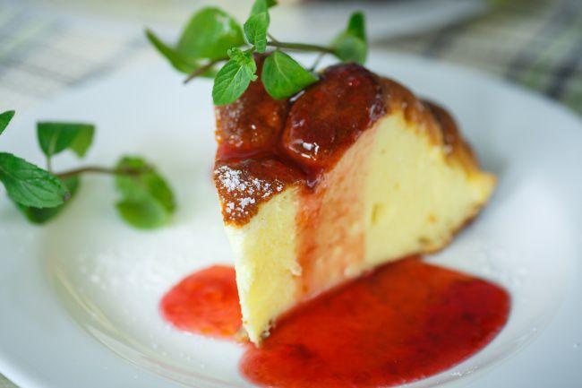 На фото Двухслойная ягодная творожная запеканка в духовке