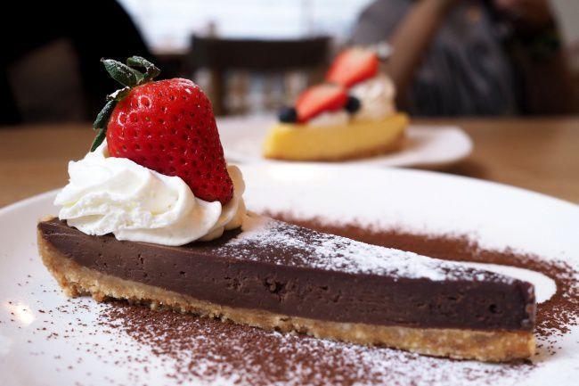 На фото Шоколадный чизкейк классический