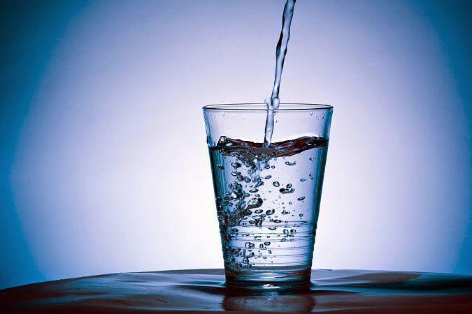 На фото Что скрывается в питьевой воде
