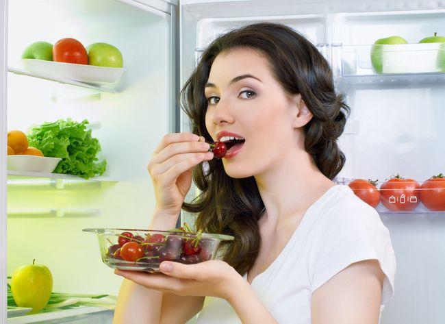 На фото Как долго продукты можно хранить в холодильнике, чтобы они не испортились