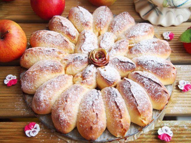 На фото Отрывной пирог с яблоками с дрожжевым тестом