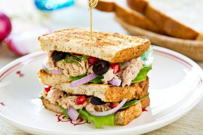 На фото Простые праздничные бутерброды с рыбой