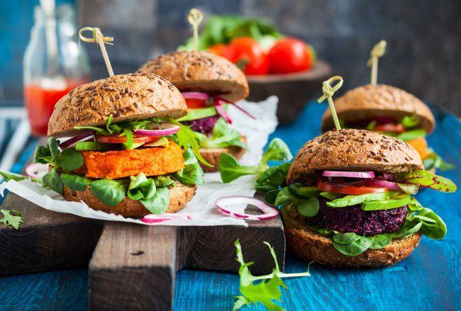 На фото Овощные бургеры в домашних условиях