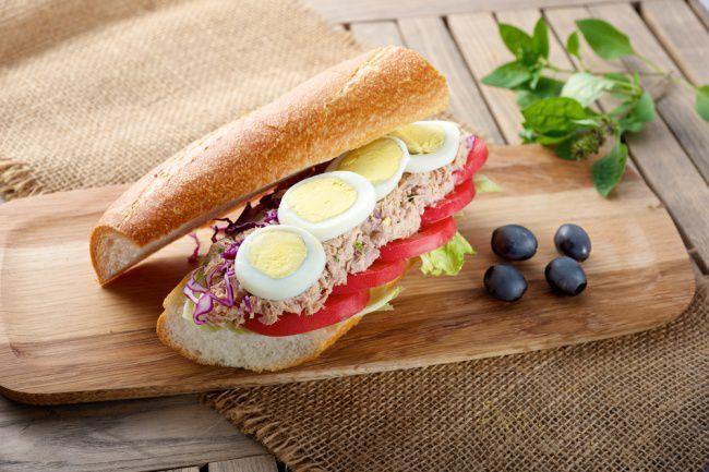 На фото Сэндвич «Тунец с яйцом»