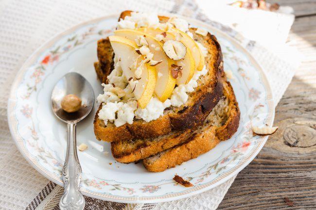 На фото Прикольные тосты на день рождения с грушей и сливочным сыром