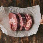 Сколько можно хранить мясо в холодильнике, морозилке и без них