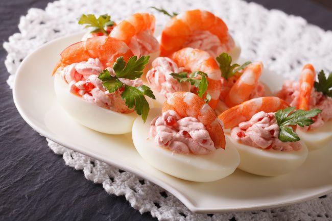 На фото Яйца фаршированные острыми креветками